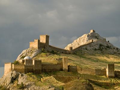 Генуэзская крепость - знаменитая достопримечательность города Судак