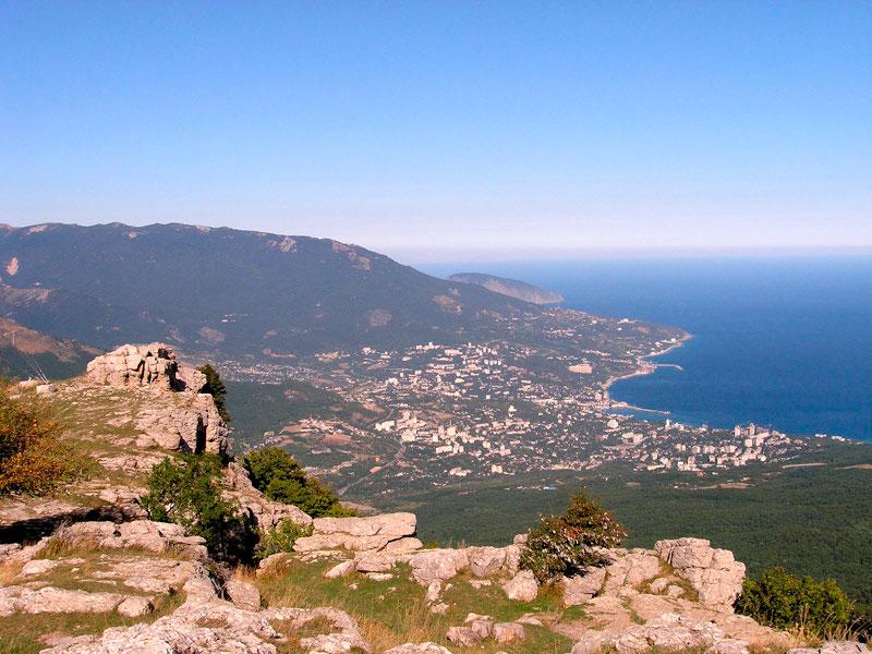Прекрасный вид на побережье Черного моря с горы Ай-Петри