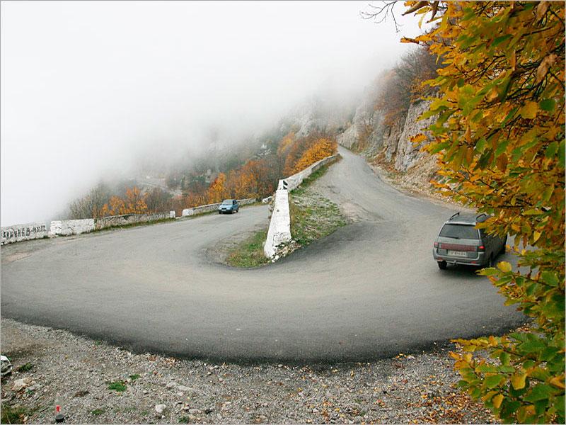 Подъем на гору Ай-Петри по дорожному серпантину
