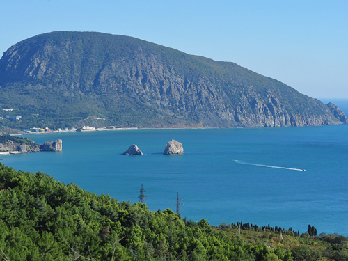 Голубое море вблизи горы Аю-Даг