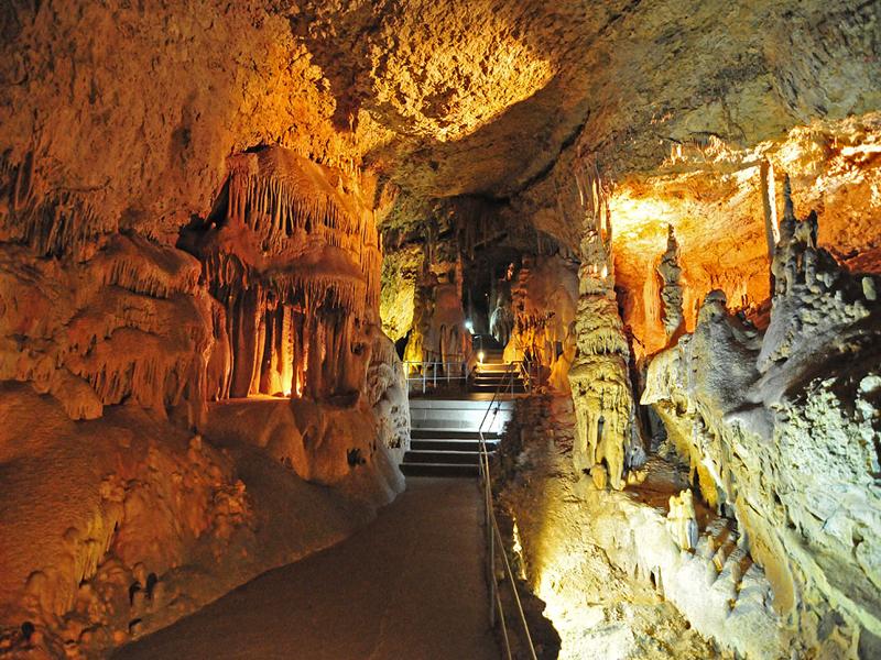 Один из экскурсионных маршрутов в Мраморной пещере