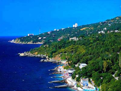 Прекрасный вид на один из зеленых курортов Крыма