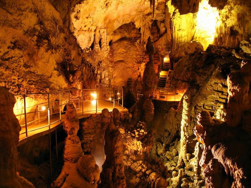 Специальные экскурсионные пути для туристов проложены по всей пещере
