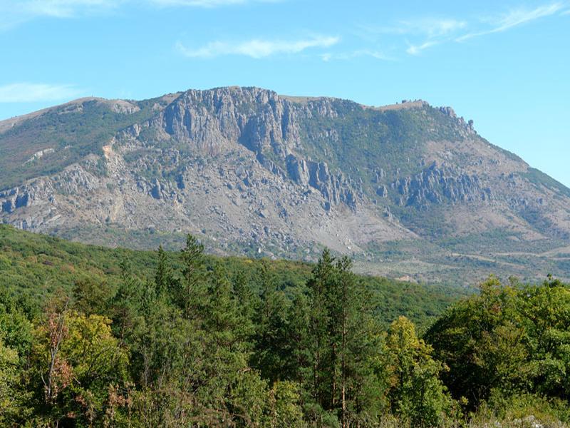 Знаменитая гора Демерджи вблизи курортного города Алушта