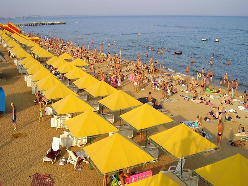 Золотые пляжи Феодосии заполненные отдыхающими