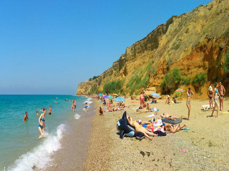 Пляж в курортном поселке Кача в Крыму