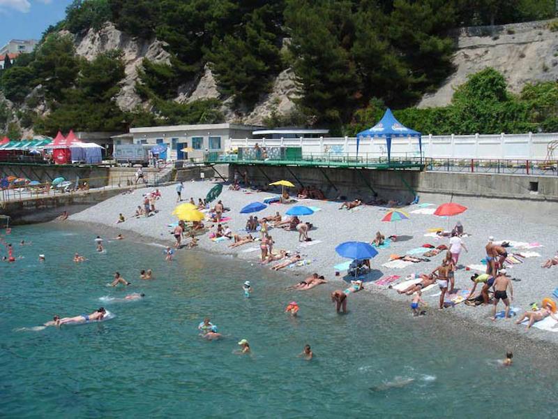 Один из пляжей в курортном поселке Гаспра в Крыму