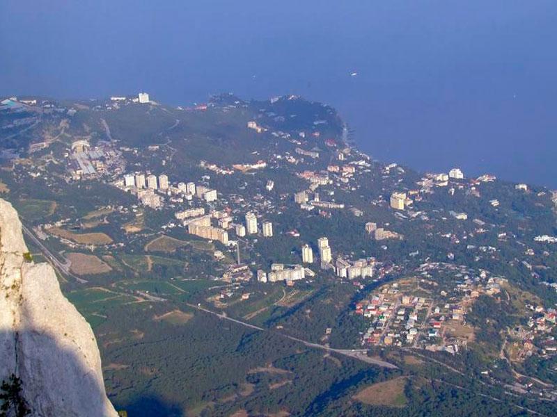 Вид с горы Ай-Петри на курортный поселок Кореиз