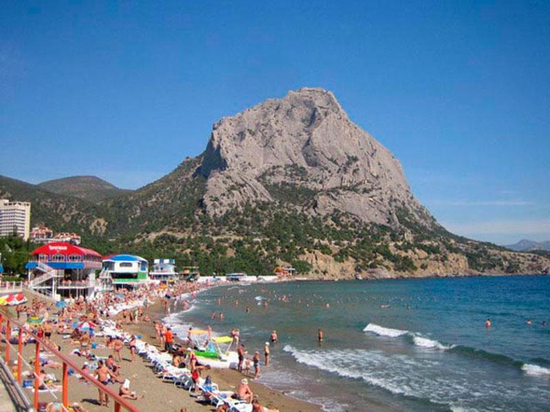 Пляж в курортном поселке Новый Свет в Крыму