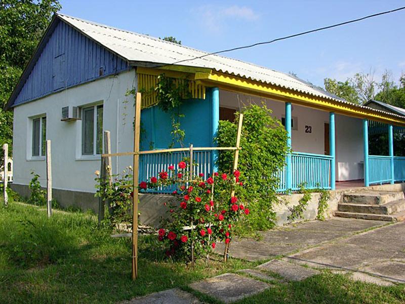 Один из многочисленных домиков для отдыхающих на территории пансионата Азовский