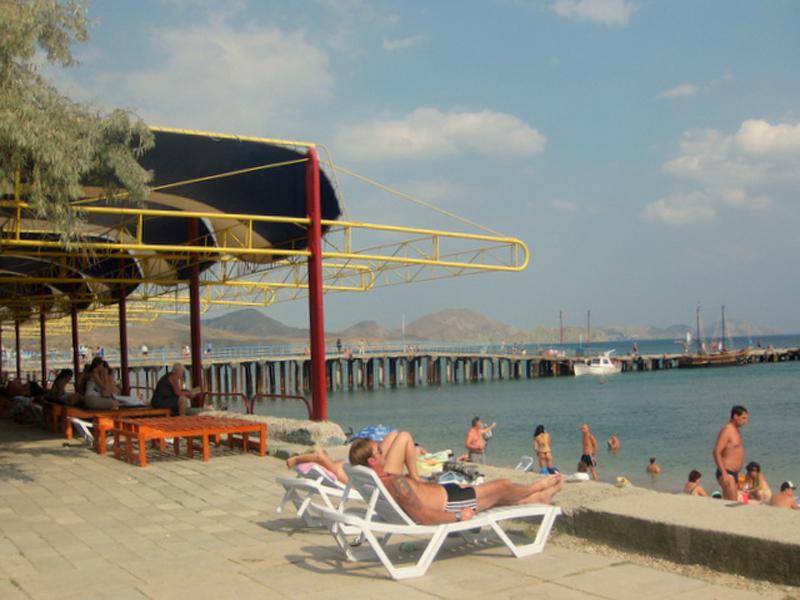 Пляж пансионата «Голубой залив» в курортном поселке Коктебель