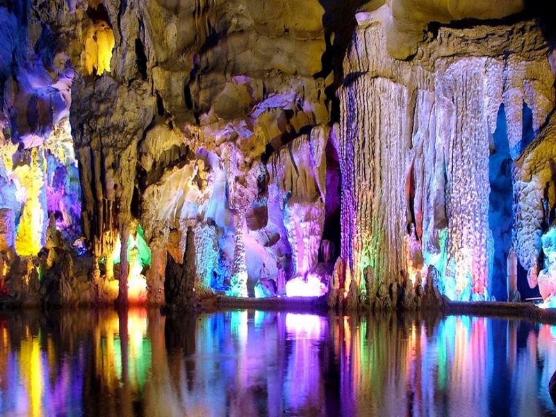 Красивейшее фото мраморной пещеры, когда вода играет красками на пещерных породах