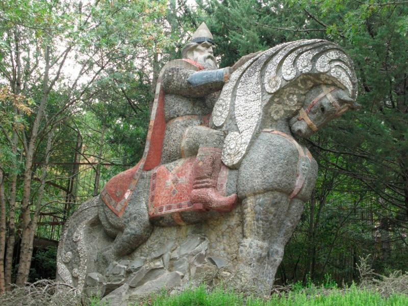 Один из русских богатыре на боевом коне на Поляне сказок в Крыму